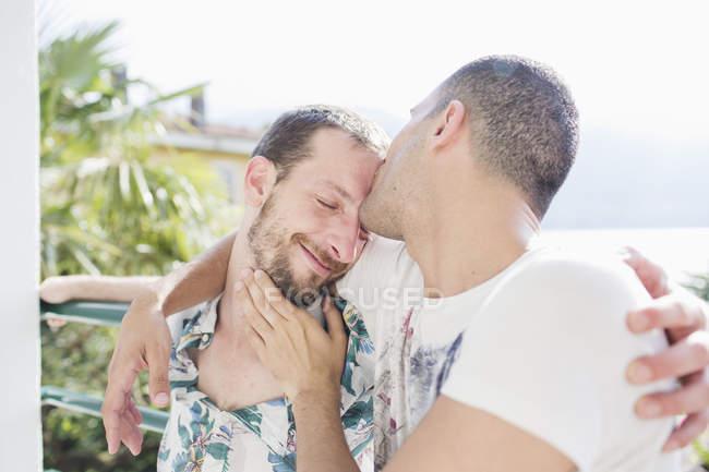 Нежный поцелуй гей-пара в любви — стоковое фото