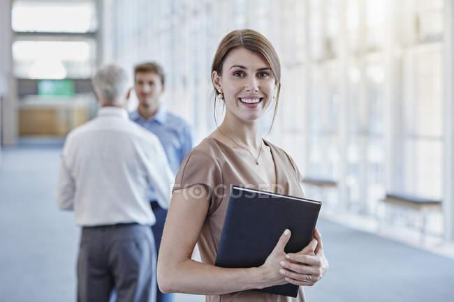 Porträt von lächelnden geschäftsfrau im modernen Büro — Stockfoto