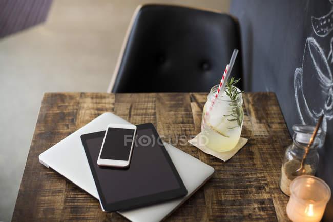 Mobile Geräte auf Tisch in einem café — Stockfoto