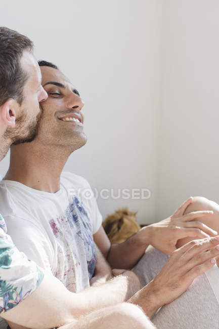 Крупным планом улыбаясь ласковые гомосексуальные пары — стоковое фото