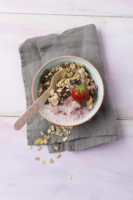 Fruchtmüsli mit Erdbeer-Buttermilch — Stockfoto