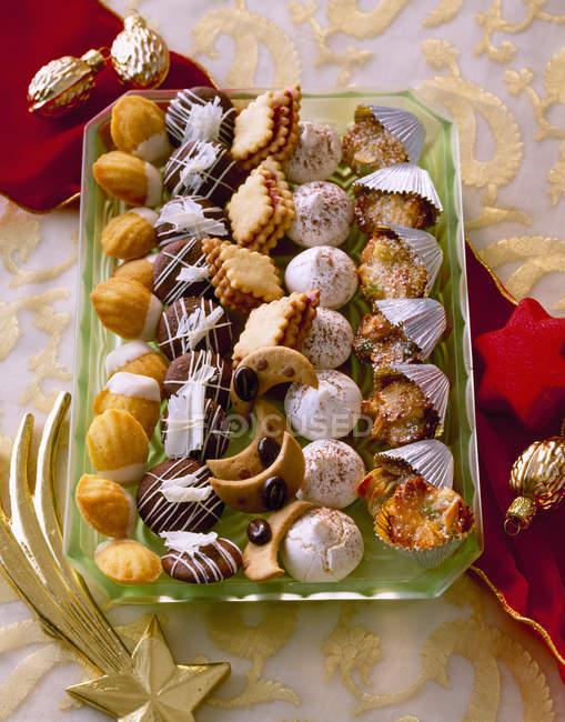 Selección de varias galletas de Navidad en bandeja - foto de stock