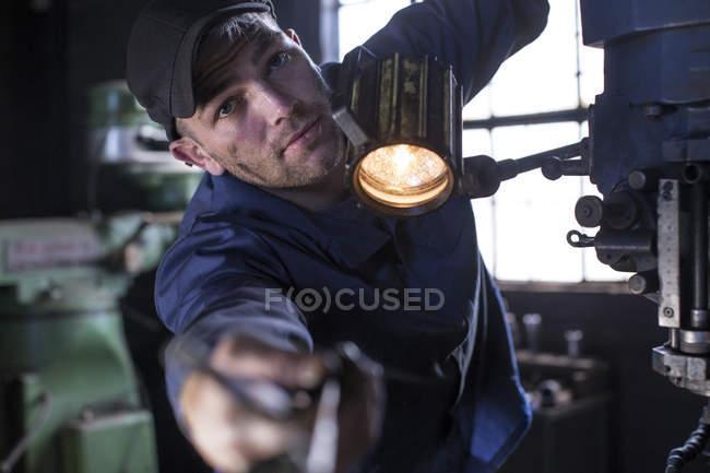 Meccanico in officina guardando la macchina fotografica — Foto stock