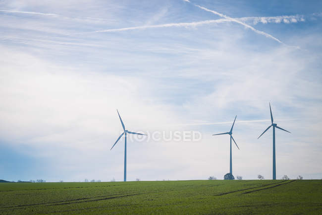 Alemanha, Saxônia-Anhalt, Terra de Mansfelder, Panorama com turbinas eólicas em campo verde — Fotografia de Stock