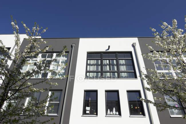 Vista de la fachada de la moderna casa multifamiliar durante el día - foto de stock