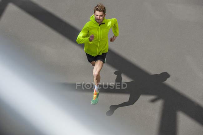 Молода людина, біг на бетонній підлозі — стокове фото
