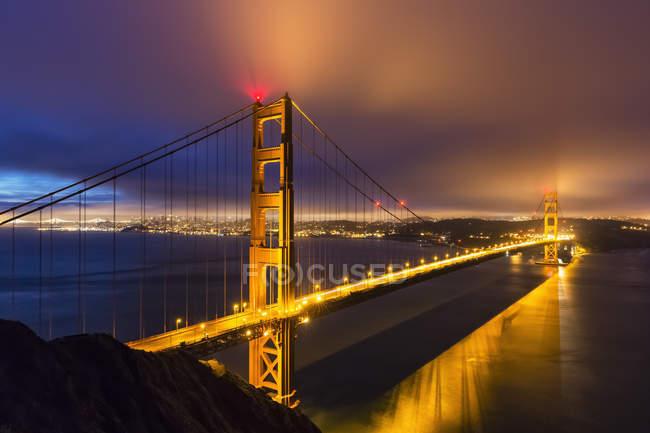 Віддалений вид з золотими воротами мосту вогні вночі, Сан-Франциско, США — стокове фото