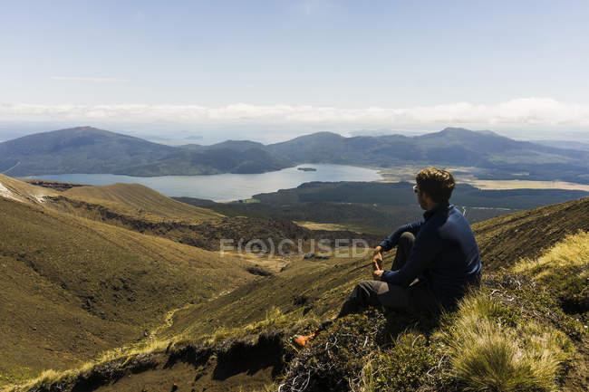 New Zealand, Tongariro National Park, hiker looking to Mangatepopo Valley — Stock Photo