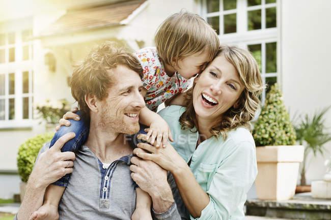 Feliz casal caucasiano com filha na frente da villa — Fotografia de Stock