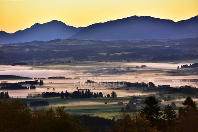 Vista del paisaje en la niebla matutina en Auerberg, Allgaeu, Bavaria, Alemania - foto de stock