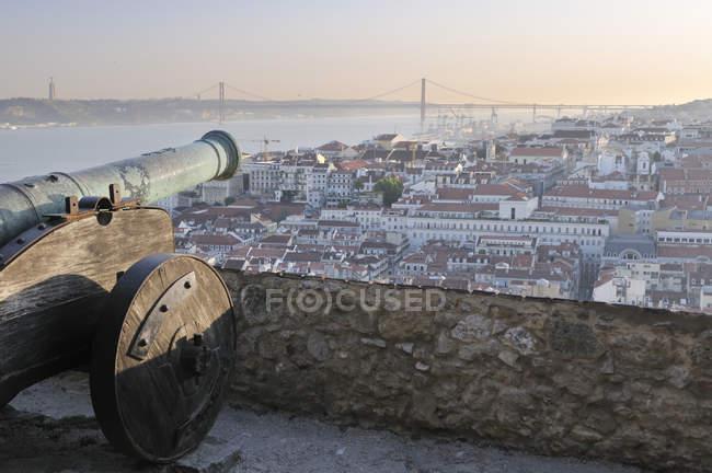 Canhão de Portugal, Lisboa, no Castelo de São Jorge ao pôr do sol — Fotografia de Stock