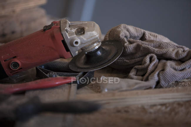 Grinder full of dust on wooden surface — Stock Photo