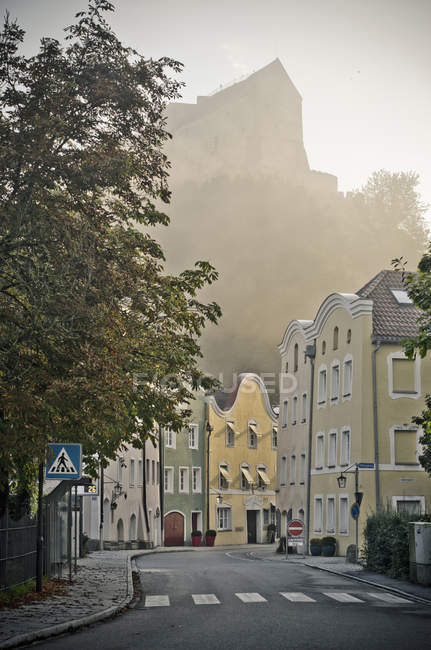 Germany, Bavaria, Burghausen, Old town and castle complex in fog — Stock Photo