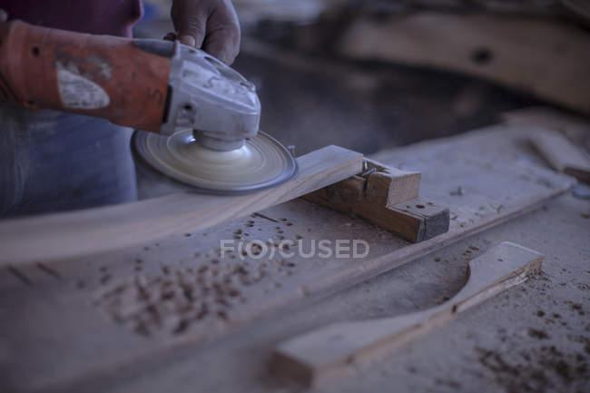 Nahaufnahme eines Küfers, der mit einem Holzschleifer arbeitet — Stockfoto