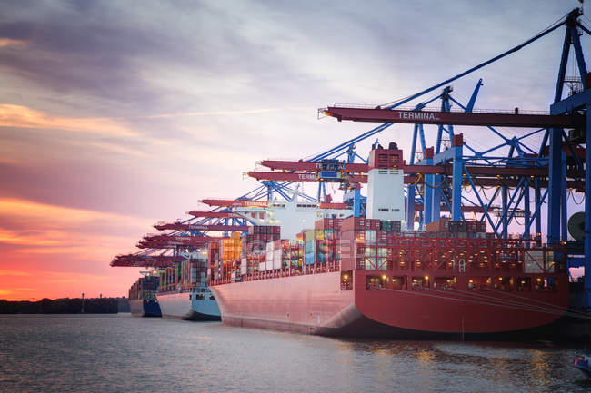 Germania, Amburgo, Porto di Amburgo, Porto, nave portacontainer la sera — Foto stock