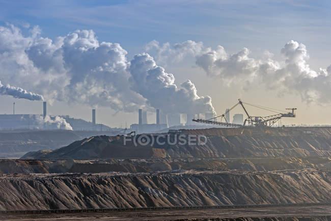 Alemanha, Renânia do Norte-Vestefália, Grevenbroich, vista para o espalhador em frente à mineração de carvão marrom Garzweiler I — Fotografia de Stock