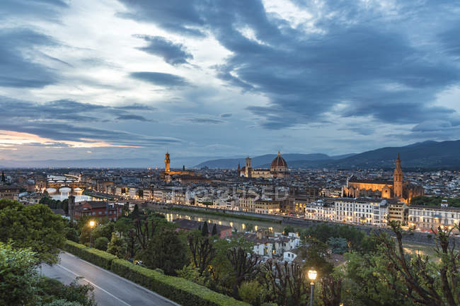 Italy, Tuscany, Florence, historic old town and Arno river in the evening — Stock Photo