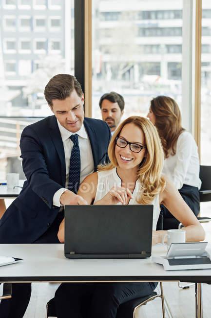 Бізнесмен і підприємець, що працюють разом в офісному столі — стокове фото