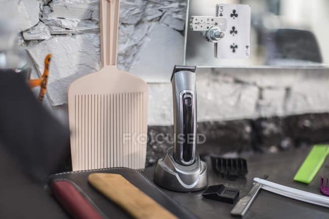 Peignes et rasoir en salon de coiffure — Photo de stock