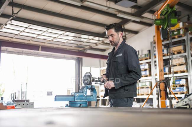 Mechaniker in der Werkstatt, Werkbank und Schraubstock — Stockfoto