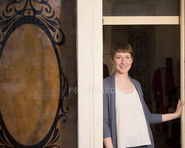 Портрет Дизайнер жіночого одягу, стоячи біля входу від своєї студії — стокове фото