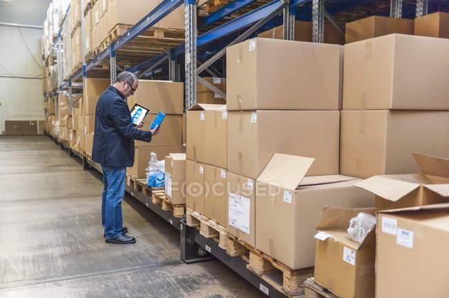 Responsable du contrôle des marchandises dans le hall d'entreposage de l'usine — Photo de stock