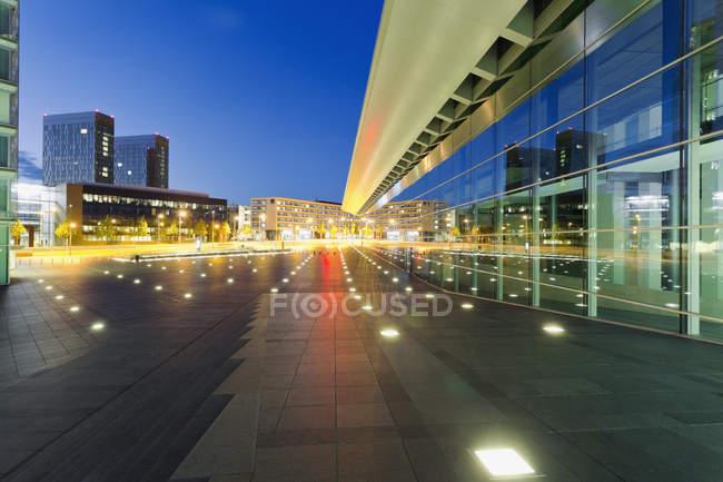 Lussemburgo, Città del Lussemburgo, Edifici moderni in Place de l'Europe di notte — Foto stock