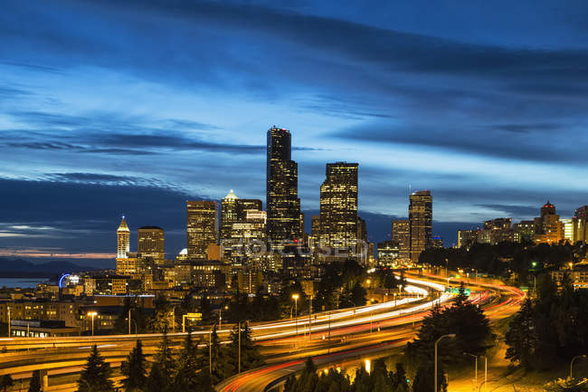 США, штату Вашингтон, Сіетл, Міждержавний 5 та skyline в синій годину — стокове фото