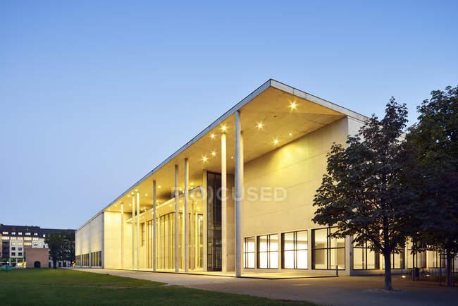 Deutschland, Bayern, München, Pinakothek der Moderne zur blauen Stunde — Stockfoto