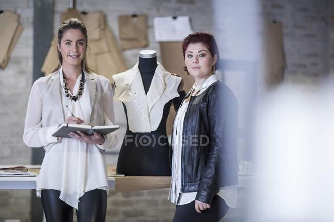 Портрет два модних дизайнерів в моді виставковий зал — стокове фото