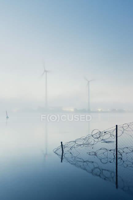Alemanha, Hamburgo, rodas de vento do outro lado do rio no nevoeiro da manhã — Fotografia de Stock