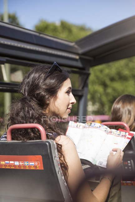 Giovane turista femminile durante il viaggio in un tour in bus — Foto stock