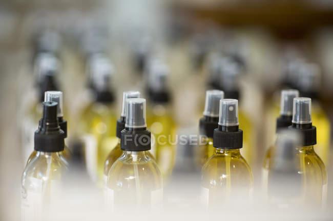 Бутылки в магазине на размытом фоне — стоковое фото