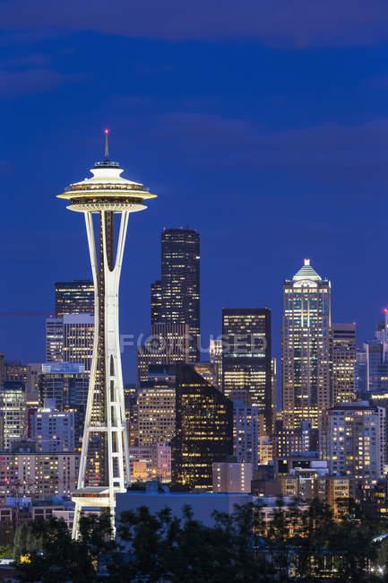 États-Unis, État de Washington, horizon de Seattle avec aiguille spatiale à l'heure bleue — Photo de stock