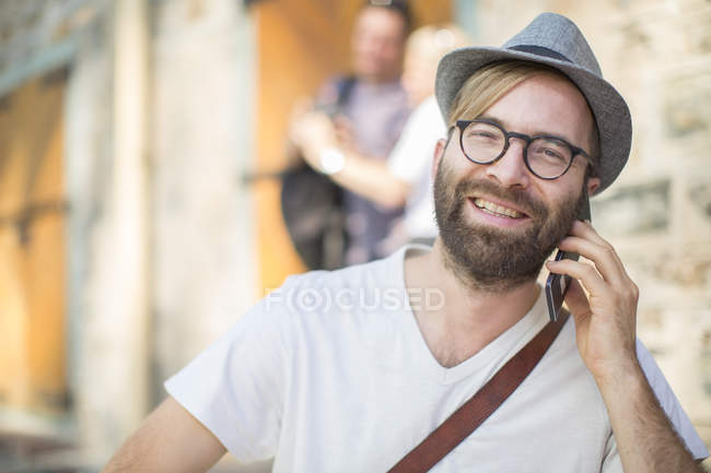Hombre barbudo hablando por teléfono celular - foto de stock