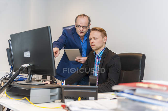 Two managers having work meeting in office — Stock Photo