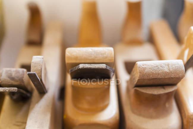 Старый деревянный строгач размыл задний план — стоковое фото