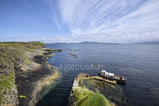 Großbritannien, Schottland, Argyll und Tribute, Blick von der Felseninsel Staffa bei Tag — Stockfoto