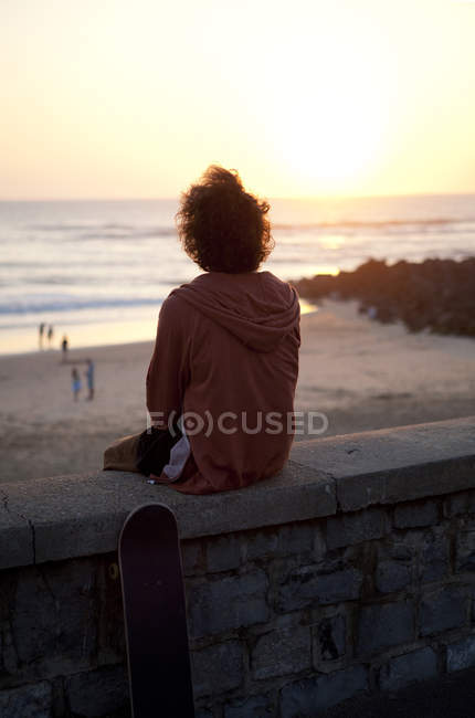 França, Aquitânia, Capbreton, skatista observando o mar no crepúsculo — Fotografia de Stock