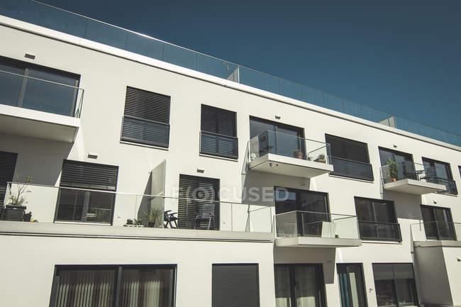 Вид фасада современного многоквартирного дома в дневное время — стоковое фото
