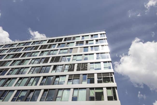 Vista in basso della facciata di un moderno edificio per uffici a Berlino, Germania — Foto stock