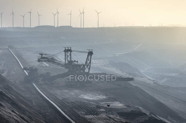 Germany, North Rhine-Westphalia, Grevenbroich, Garzweiler surface mine, Stacker and wind wheels in the background — Stock Photo