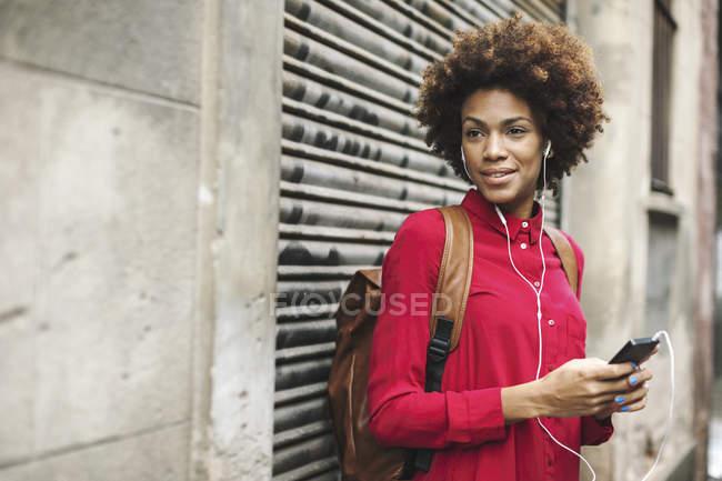 Женщина слушает музыку с наушниками — стоковое фото