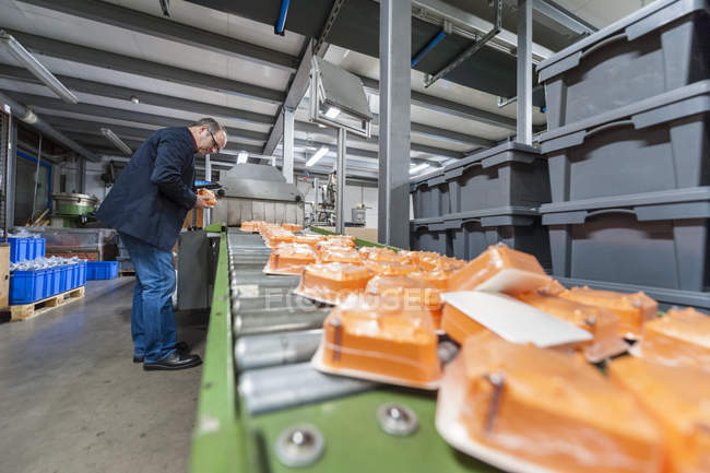 Manager checking packaging of goods in plastics factory — Stock Photo