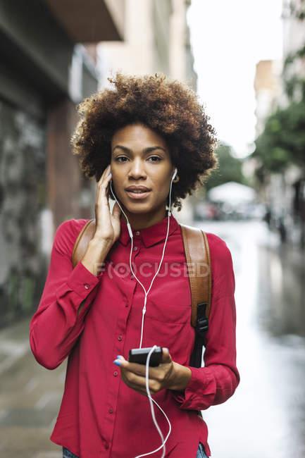 Mulher ouvindo música com fones de ouvido — Fotografia de Stock