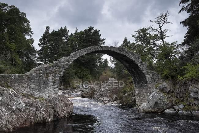 Сполучені Штати Америки, Англії, Шотландії, Badenoch і Strathspey, Carrbridge, залишається на старому мосту — стокове фото