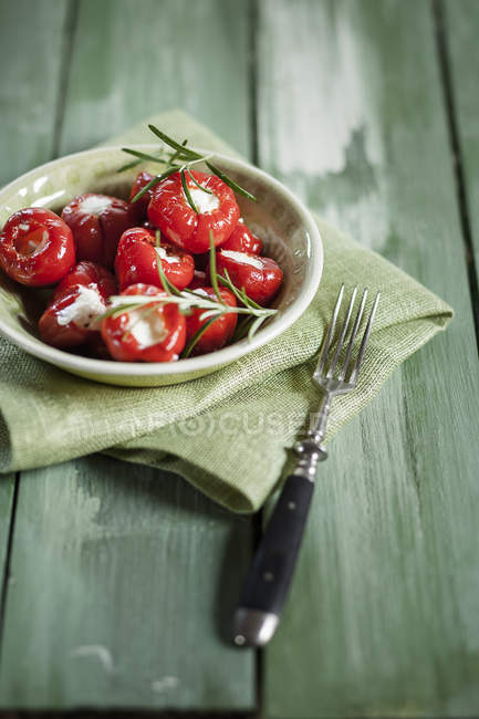 Пикельный вишневый перец, со сливочным сыром, студия — Stock Photo