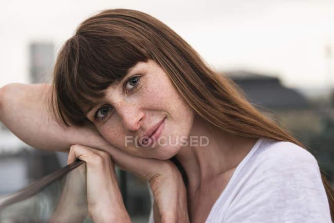 Porträt einer lächelnden Frau im Freien — Stockfoto