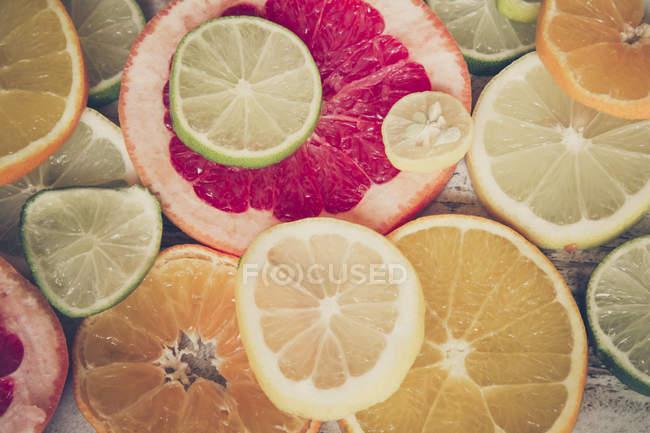 Fatias de frutas cítricas, laranja, limão, toranja — Fotografia de Stock