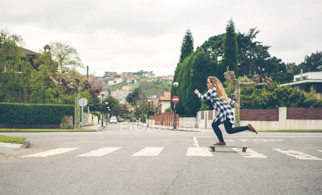 Young woman skateboarding on the street — Stock Photo